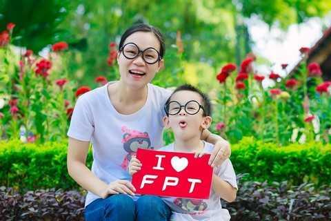 Đây là bức ảnh tham gia dự thi của hai mẹ con chị Đinh Trang Nhung (Hà Nội) trong trang phục áo đôi, kính đôi rất dễ thương được chị gửi kèm theo bài thơ rất dí dỏm với hy vọng FPT  tuổi mới sẽ luôn giữ vững uy tín, chất lượng sản phẩm cũng như ngày càng phát triển và vươn xa hơn.