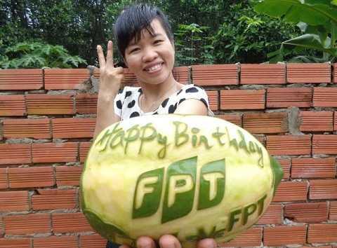 Cô nàng khéo tay Trịnh Hải Giao đến từ Bình Dương đã gửi lời chúc mừng sinh nhật FPT theo cách rất đặc biệt. Từ trái đu đủ ở vườn sau nhà, Giao đã sáng tạo, kỳ công và cực kỳ khéo léo khắc nên dòng chữ Happy Birthday FPT.