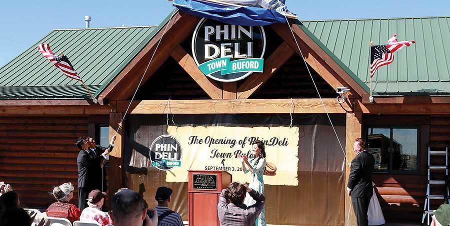 Thị trấn PhinDeli Town Buford của ông Phạm Đình Nguyên trong ngày ra mắt cà phê PhinDeli