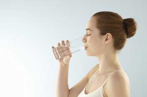 Theo chuyên gia, uống nước đúng cách: 40ml/1kg cân nặng theo đó người 50 kg thì mỗi ngày cần 2 lít nước