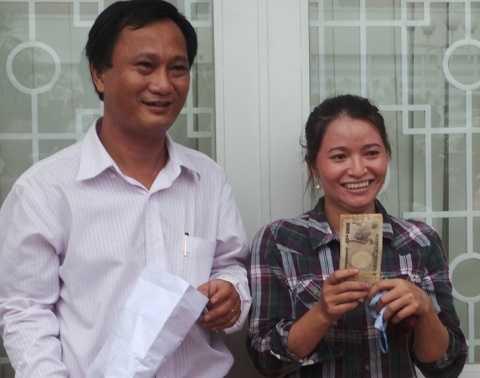 Niềm vui hiện rõ trên gương mặt chị Hồng ve chai và luật sư đại diện sau khi nhận được số tiền quy đổi khoảng 1 tỉ đồng.