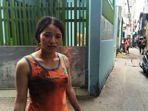 Chị Hồng quần áo lấm lem trong lúc móc cống nước bị tắc tại khu nhà trọ