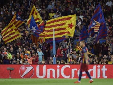 Các CĐV Barca giơ cao khẩu hiệu đòi độc lập