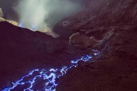 Dung nham ở đây có màu xanh là nhờ lượng lưu huỳnh lớn trong các đá bị đốt cháy.