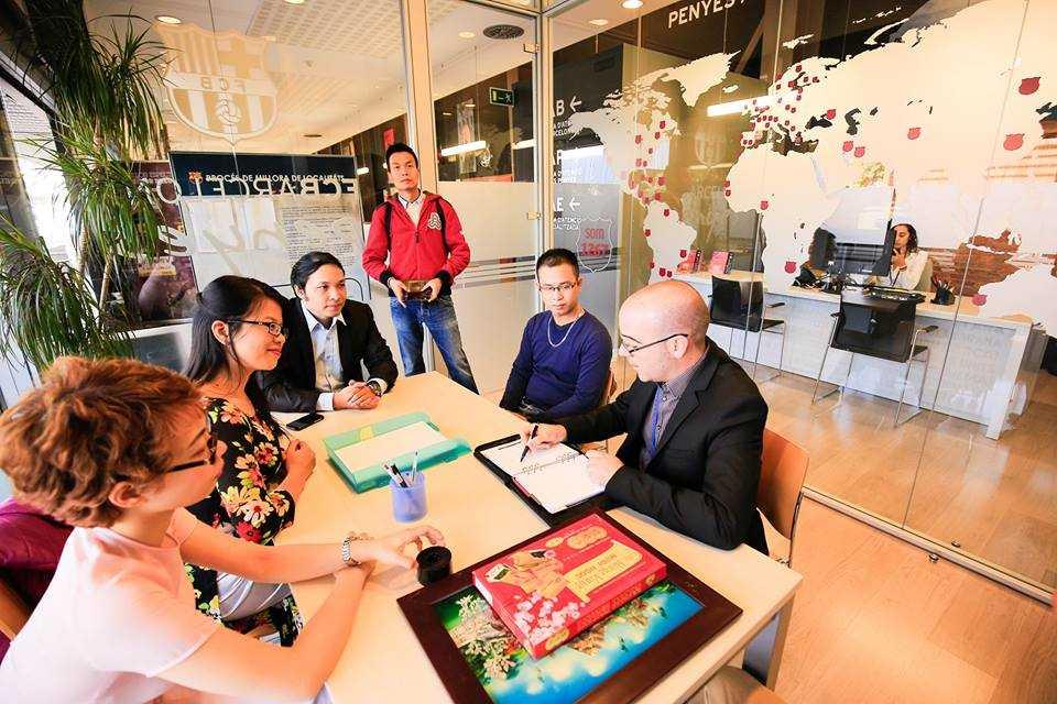 Hội cổ động viên Barca Việt Nam làm việc cùng đại diện CLB (Ảnh: Thùy Mai)