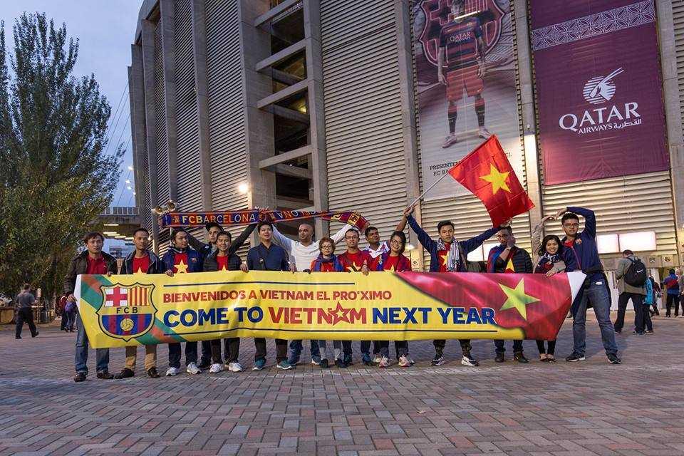 Cổ động viên Việt Nam thể hiện tình yêu Barca tại Nou Camp (Ảnh: Thùy Mai)