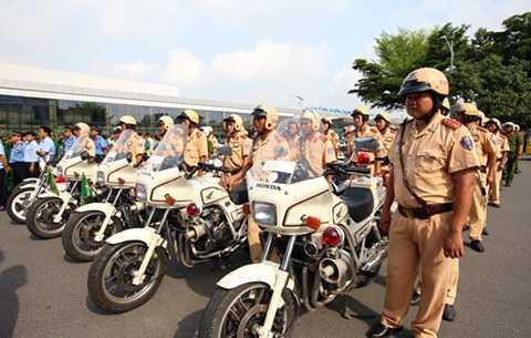Gần 200 người gồm CSGT, thanh tra, cảnh sát 113… được huy động để khắc phục tình trạng ùn tắc xe tại khu vực sân bay Tân Sơn Nhất