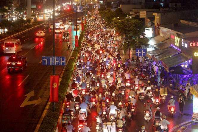 Giao thông ùn tắc tại đường Phạm Văn Đồng đoạn ở Q.Bình Thạnh - Ảnh: Đức Phú