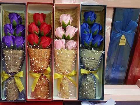 Hoa hồng sáp sôi động không chỉ ở thị trường truyền thống mà còn ở thị trường online