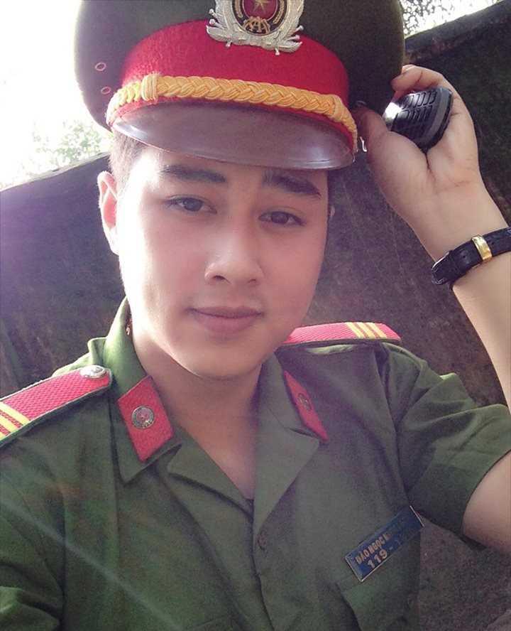 Chàng cảnh sát trẻ có sở thích chơi cầu lônghoặc lên mạng đọc báo cập nhật thông tin phục vụ cho công việc của mình. Minh Long chia sẻ: