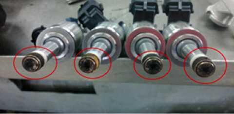 Xe Madaz 3 gặp hiện tượng sáng đèn báo lỗi động cơ (ảnh trên). Nguyên nhân là do kim phun bị tắc nghẽn dẫn đến hòa khí bị nghèo và đèn báo lỗi bật sáng (ảnh dưới)