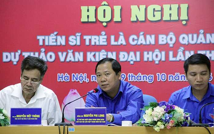 Anh Nguyễn Phi Long, Bí thư Trung ương Đoàn, Chủ tịch Hội liên hiệp Thanh niên Việt Nam mời các tiến sĩ trẻ đóng góp ý kiến