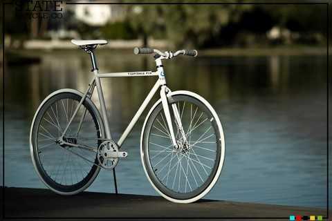 """Chân chống nhỏ xinh là do Topbike tự thiết kế """"thêm"""" gia tăng tiện ích cho các bạn chơi xe"""