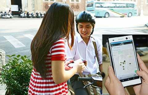 Tài xế xe ôm smartphone siêu rẻ đang đón khách.