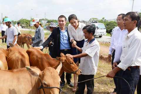 Lệ Hằng rạng rỡ dưới nắng nóng trao bò từ thiện cho nông dân ở hai huyện giáp biên giới của tỉnh Long An.