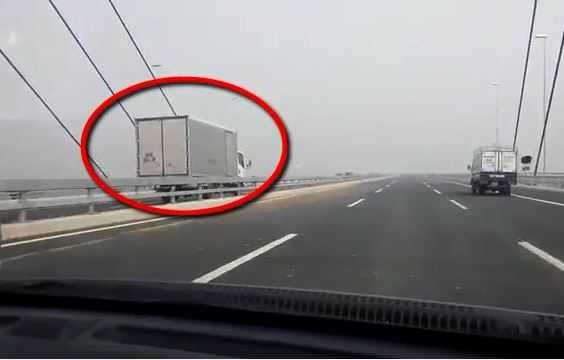 Một chiếc xe tải đi ngược chiều trên cầu Nhật Tân. (Ảnh minh họa)