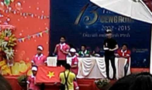 Ông Trần Minh Long - Tổng giám đốc phía Nam hệ thống siêu thị dự án bất động sản STDA (người đứng, bên trái) lĩnh xướng 500 nhân viên hát bài
