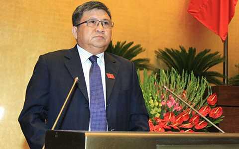 Chủ nhiệm Ủy ban Kinh tế Nguyễn Văn Giàu trình bày báo cáo thẩm tra về tình hình kinh tế - xã hội.