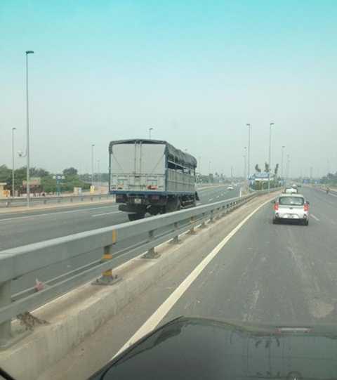 Chiếc xe tải đi ngược chiều trên cao tốc Nhật Tân - Nội Bài. (Ảnh: Otofun)