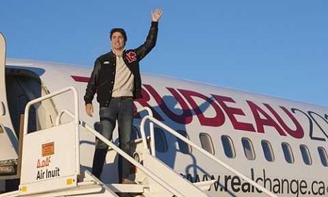 Ông bước ra máy bay trong chiến dịch tranh cử