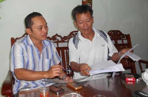 Chủ tàu cá Nguyễn Văn Linh trình bày vụ việc cùng PV VTC News. Ảnh: Phi Long