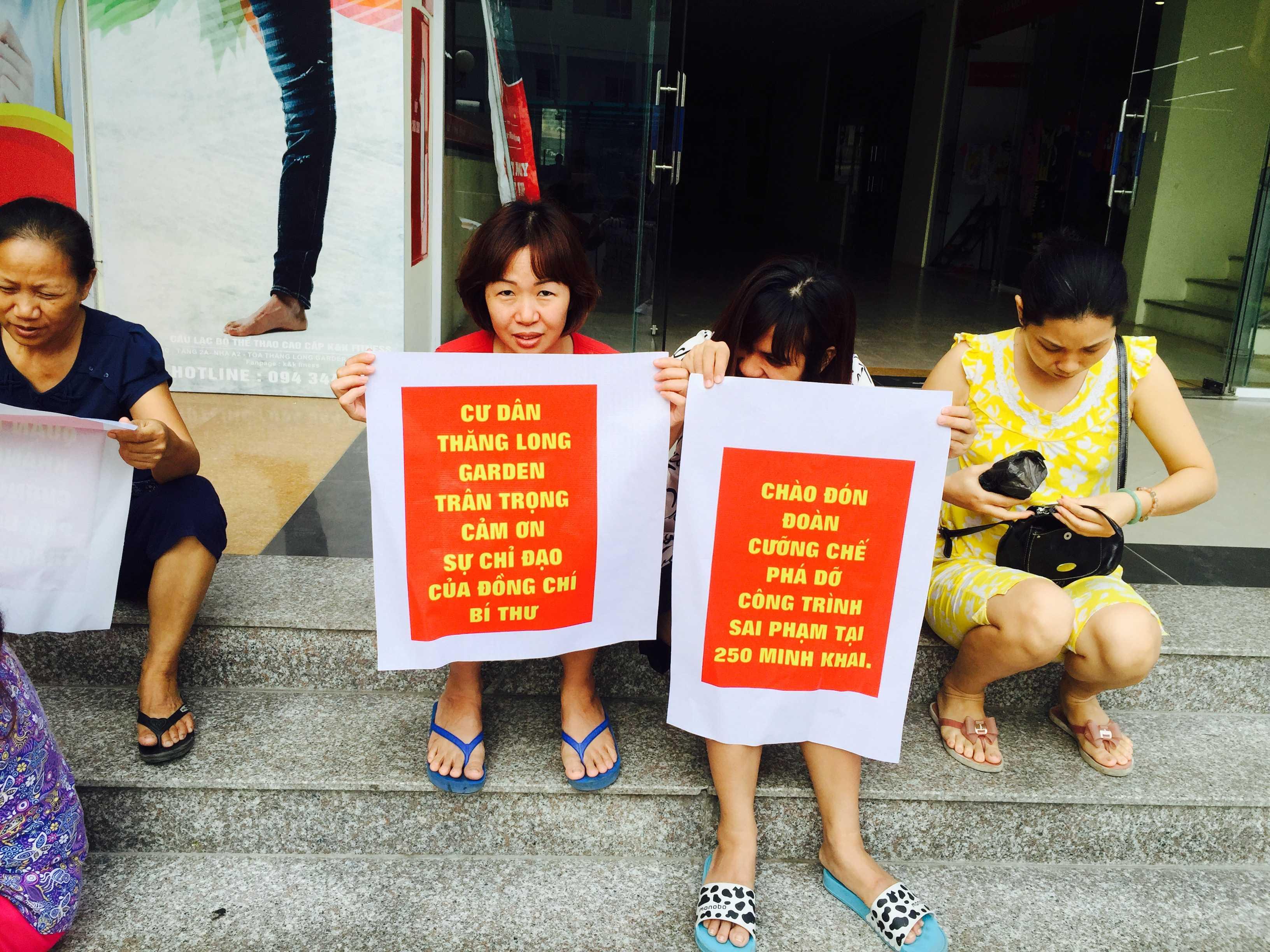 Quá hạn cưỡng chế, cư dân Thăng Long Garden đề nghị chính quyền xử lý các sai phạm. Ảnh: Châu Anh