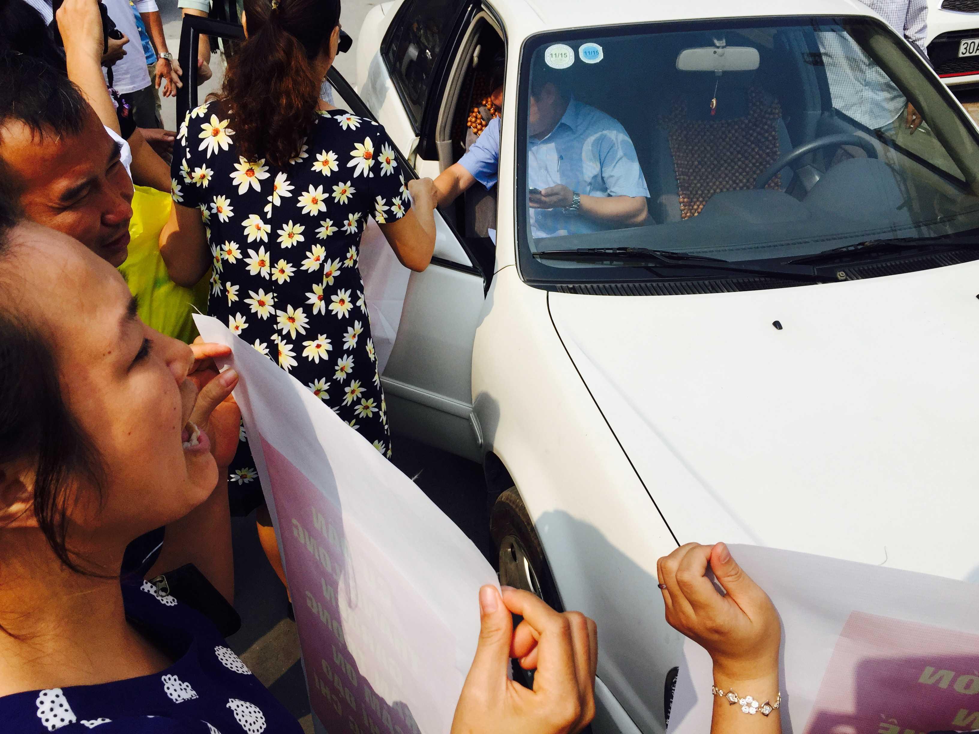 Cư dân mời ông Lâm Anh Tuấn, Phó chủ tịch quận Hai Bà Trưng xuống xe đối thoại với dân.