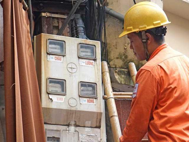 Công nhân điện lực kiểm tra chỉ số điện tại phường Hàng Gai (Hoàn Kiếm, Hà Nội). Ảnh: L.H.T