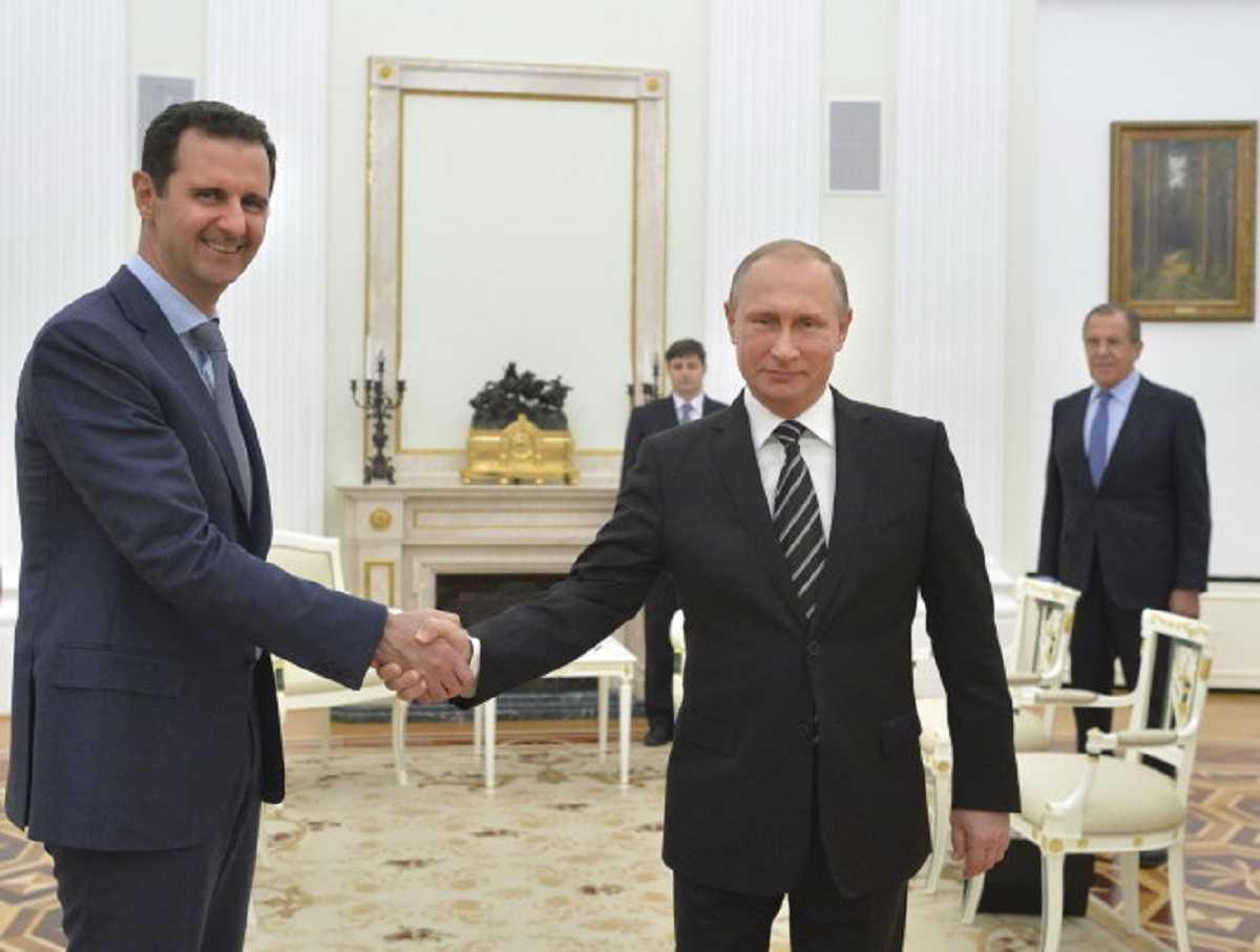 Tổng thống Syria Bashar al-Assad bắt tay Tổng thống Nga Vladimir Putin ở Điện Kremlin