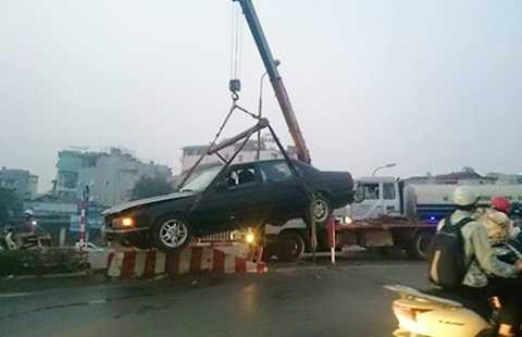 Xe cẩu được huy động giải cứu chiếc xe biển xanh tỉnh Quảng Ninh