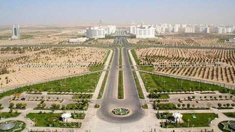 Chính phủ nước này đã cam kết trợ giá cho một loạt sản phẩm xăng dầu ít nhất đến năm 2030. Tuy nhiên, trữ lượng dầu mỏ của Turkmenistan rất thấp, còn Tổng thống đương nhiệm đã sắp hết nhiệm kỳ, nên không rõ Chính phủ có thể thực hiện được lời hứa này đến cùng hay không. Ảnh: Bloomberg.