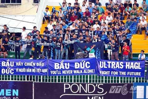 CĐV HAGL căng khẩu hiệu trên sân Thống Nhất (Ảnh: Quang Minh)