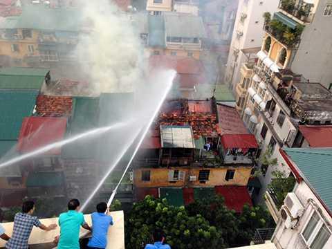 Công tác cứu hỏa gặp nhiều khó khăn do đường nhỏ, nơi xảy cháy cơi nới trên tầng thượng của khu tập thể