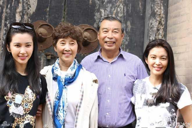 Mới đây, Lý Băng Băng chia sẻ hình ảnh về thăm quê hương - làng nhỏ tại tỉnh Sơn Tây (Trung Quốc). Cô và chị gái chụp ảnh bên bố mẹ. Đây là lần hiếm hoi nữ diễn viên nổi tiếng khoe ảnh cùng gia đình.