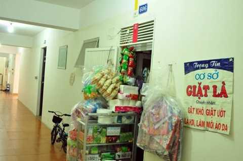 Mở cửa hàng tạp hóa ngay tại hành lang tầng 6 tòa nhà B10A khu đô thị Nam Trung Yên.