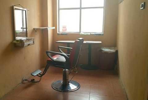 Lấn chiếm hành lang chung cư làm cửa hiệu cắt tóc tại tòa nhà B10B khu đô thị Nam Trung Yên.