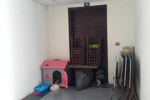 Căn hộ 508 tòa nhà CT1X2 Khu ĐTM Bắc Linh Đàm chưa có người ở được người dân gần đó tận dụng làm nơi chứa đồ và nuôi mèo.