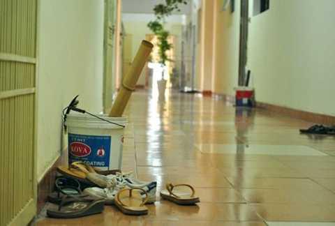 Một vài người dân ở tầng 17 tòa nhà B10A khu đô thị Nam Trung Yên hút điều cày ngoài hành lang gây mùi khó chịu.