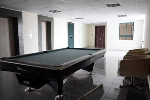Bàn Bi-a và ghế án ngữ hành lang tầng 8 tòa nhà CT1X2 Khu ĐTM Bắc Linh Đàm.