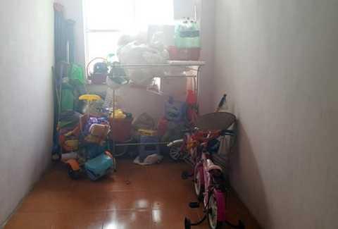 Một góc hành lang tầng 5 tòa nhà B10C khu đô thị Nam Trung Yên (Nam Từ Liêm, Hà Nội) chứa đầy đồ dùng gia đình.
