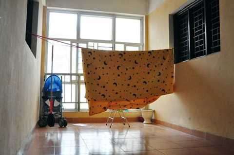 Căng dây phơi chăn ngoài hành lang chung cư B10A khu đô thị Nam Trung Yên.