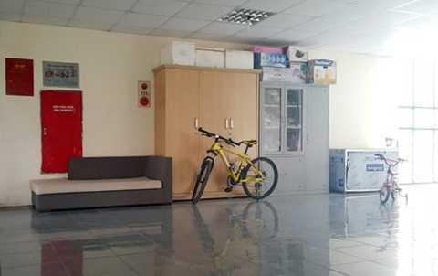 Tủ chứa đồ, ghế sofa tại hành lang tòa nhà CT1X2 khu ĐTM Bắc Linh Đàm chèn lên cả hộp cứu hỏa của tòa nhà.