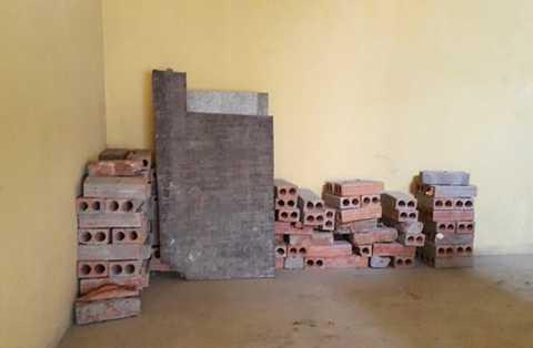 Những viên gạch khi người dân sửa nhà xong không được dọn dẹp mà xếp thành đống ở hành lang thoát hiểm của tòa nhà B10B khu đô thị Nam Trung Yên.