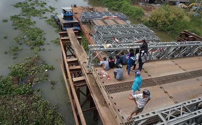Hiện trường vụ tai nạn làm hai người đi xe máy rơi xuống sông - Ảnh: An Long