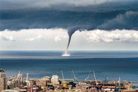 Ngày 20/10, tại bờ biển thị trấn Geona, Italia diễn ra một cảnh tượng vô cùng đáng sợ. Trên biển bất chợt xuất hiện vòi rồng khổng lồ khiến người dân địa phương khiếp đảm.