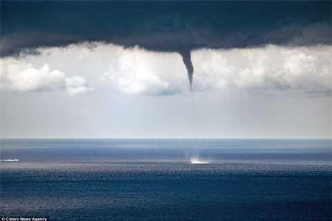 Khoảnh khắc khi vòi rồng dần dần biến mất khỏi mặt biển khiến nhiều người đứng tim.