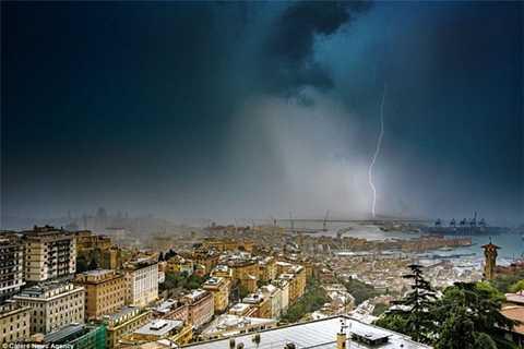 Sau hiện tượng vòi rồng khổng lồ, thị trấn Genoa hứng chịu một cơn mưa to và những đợt sấm sét vang dội.