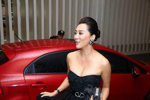 Nguyễn Cao Kỳ Duyên xuất hiện nổi bật với chiếc đầm đen sang trọng, để lộ khoảng vai trần gợi cảm và những đường cong quyến rũ của người phụ nữ.
