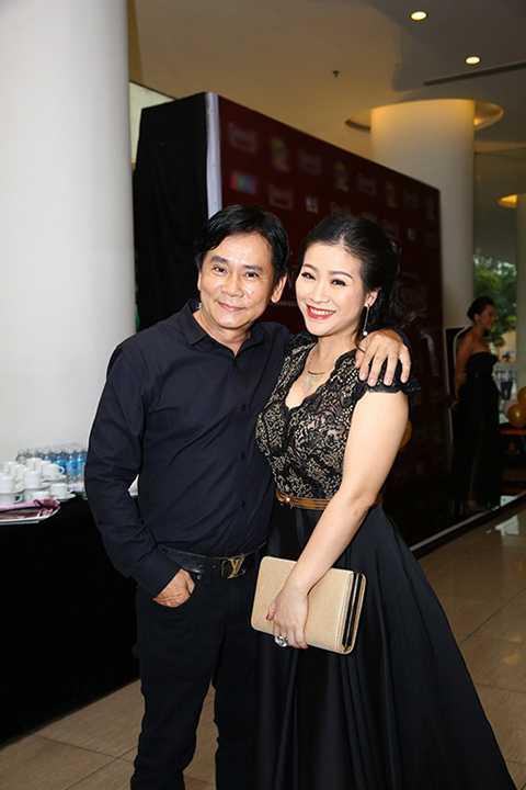Nghệ sĩ hài Mai Sơn tháp tùng vợ đến dự buổi ra mắt chương trình.