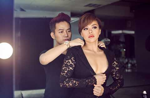 """Bên cạnh việc """"sưu tầm"""" thêm những ca khúc hit, Nguyễn Hải Yến còn may mắn khi có NTK Chung Thanh Phong đồng hành và giúp cô xây dựng hình ảnh cá nhân. Trở thành chị em thân thiết sau Vietnam Idol 2006, cả hai giữ mối quan hệ chị em, đồng cảm trong âm nhạc và sẵn lòng hỗ trợ nhau."""